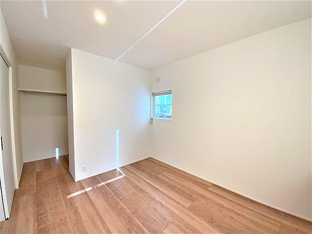 時間がゆっくりと流れるプライベート空間は居室に大きめのクローゼットをご用意し居住空間を広く使える快適なお部屋となっています。