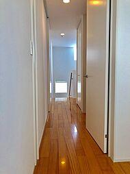 階段には大きな窓がついてるので廊下明るくしてくれます