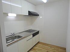 明るい自然光が入るキッチン作業スペースを多くとったキッチン。夫婦そろってキッチンに立っても調理がしやすく余裕の広さ。食器類もすっきりと片付く収納力。家事をしながら会話も弾みます。