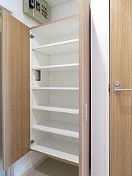 収納力が豊富な玄関収納なので玄関が散らかる事も無くスッキリ片付きますね。