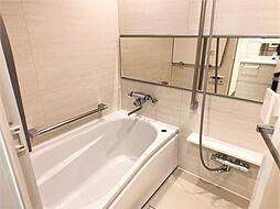 足を伸ばしてくつろげる浴室。浴槽に腰かけられる段差も付いているので半身浴もラクラク。