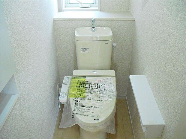 写真は同施工会社のものです。トイレは1階と2階にあります。朝の渋滞が解消されますよ。どちらも温水洗浄便座です。