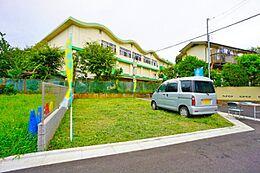 第一種低層住居専用地域の閑静な住宅街です。落ち着いた住宅が建ち並んでいます。