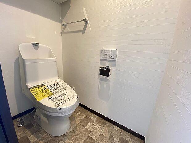リモコンでご利用できる多機能トイレ♪ペーパーホルダーはもちろん、タオルリングや手洗い付きのタンクを標準装備♪快適に使っていただけるための設備が整っております!