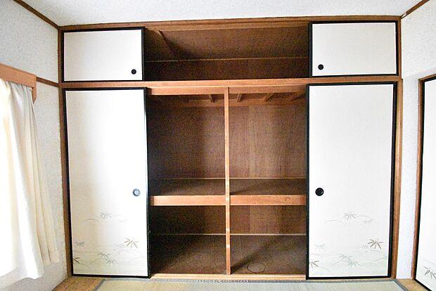 和室(6畳)の収納です。たっぷりした収納スペースが魅力ですねお布団を収納するのに便利な仕切りが付いています。