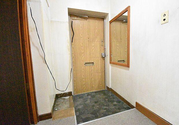 大きな鏡のある玄関