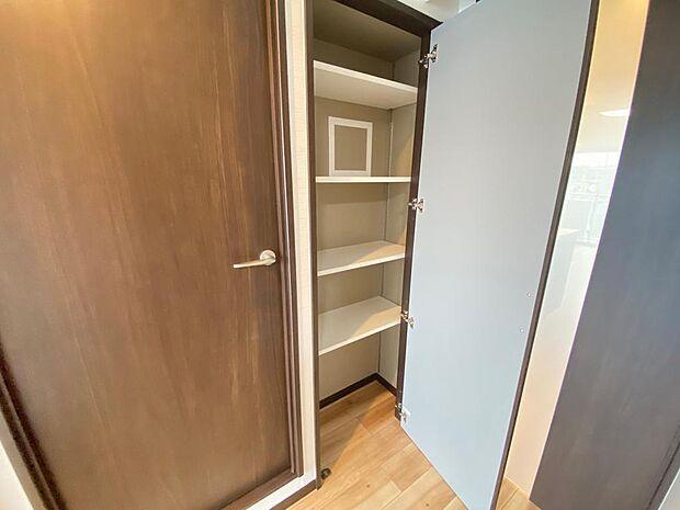 廊下の収納スペース。棚板の位置を変更できます。掃除機等の収納としても便利です。