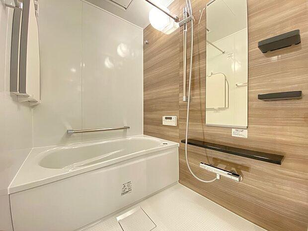 浴室暖房乾燥機付浴室。寒い季節の入浴や雨の多い季節のお洗濯、ジメジメ対策も安心。浴槽も広々しており足を伸ばしては入れます♪一日の疲れを癒す空間。