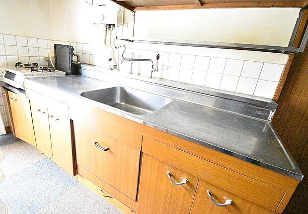 吊戸棚付きで調理に必要な収納は充分です