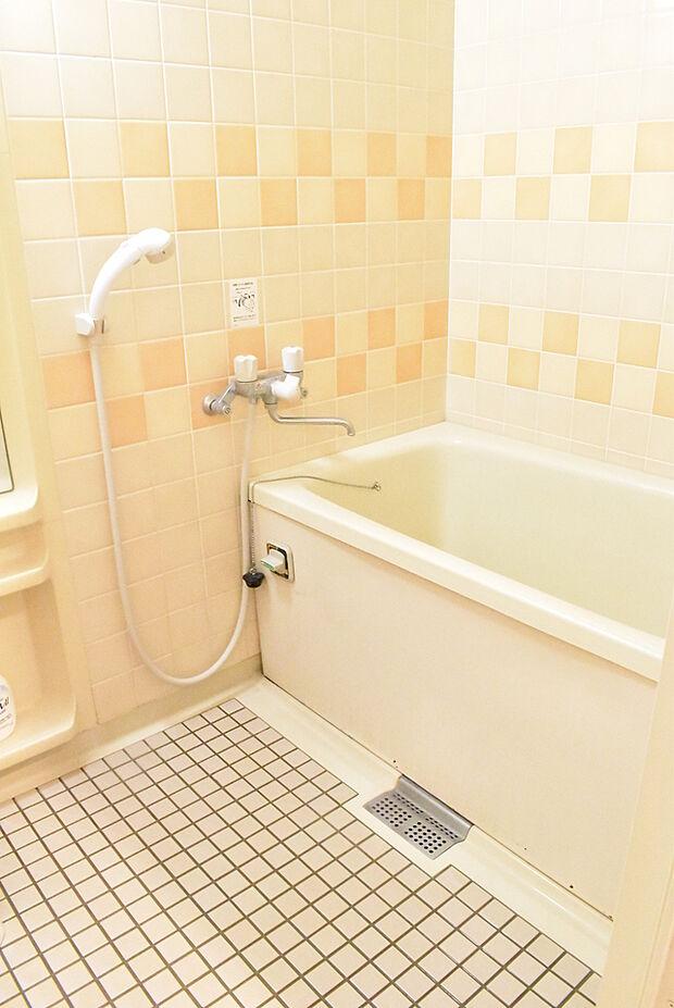 壁のタイルが可愛らしい浴室ゆったりと湯船に浸かってリラックスできそうですね♪