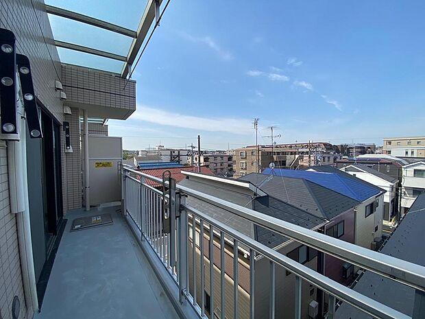 バルコニーからの眺望最上階、前の建物より高く視界が抜けているための為、眺望風通し良好です。