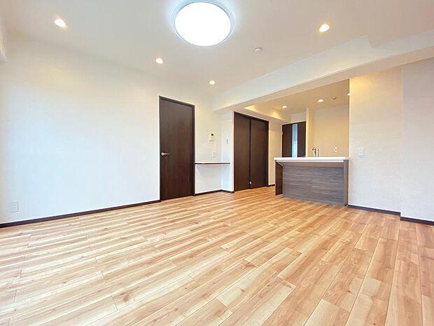 リビングにいるご家族とも会話のできる対面キッチンです。背面には冷蔵庫、食器棚と配置のしやすいスペースです。