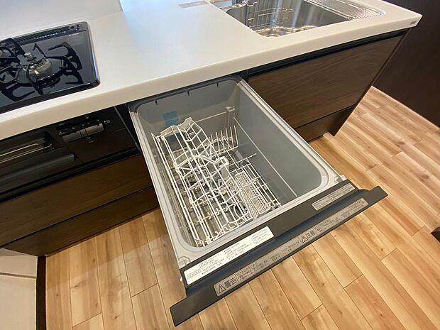 食器洗乾燥機付きで食器もピカピカ。後片付けもラクラクこなせて、環境にも手にも優しい設備です。システムキッチン内に納まっているので、お料理の邪魔にもならずスッキリ快適にご利用いただけます。