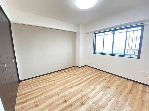 約6.4畳のサービスルーム 収納も大きく寝室にぴったりです。