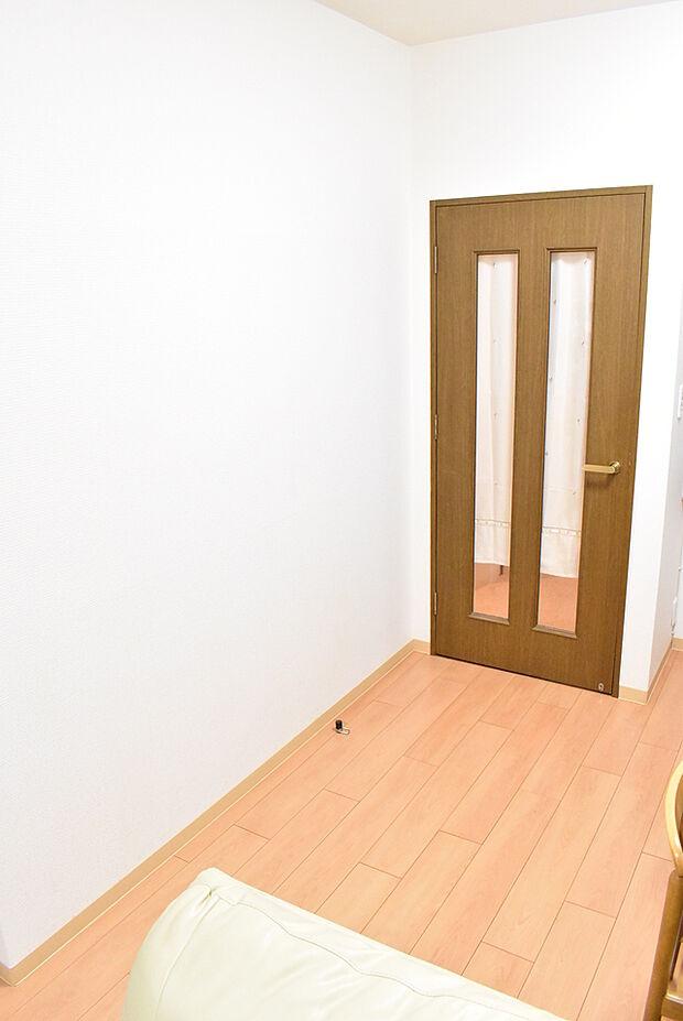 リビングの一部です。奥には和室もあり合わせて約17帖の広いお部屋としてもお使いいただけます。